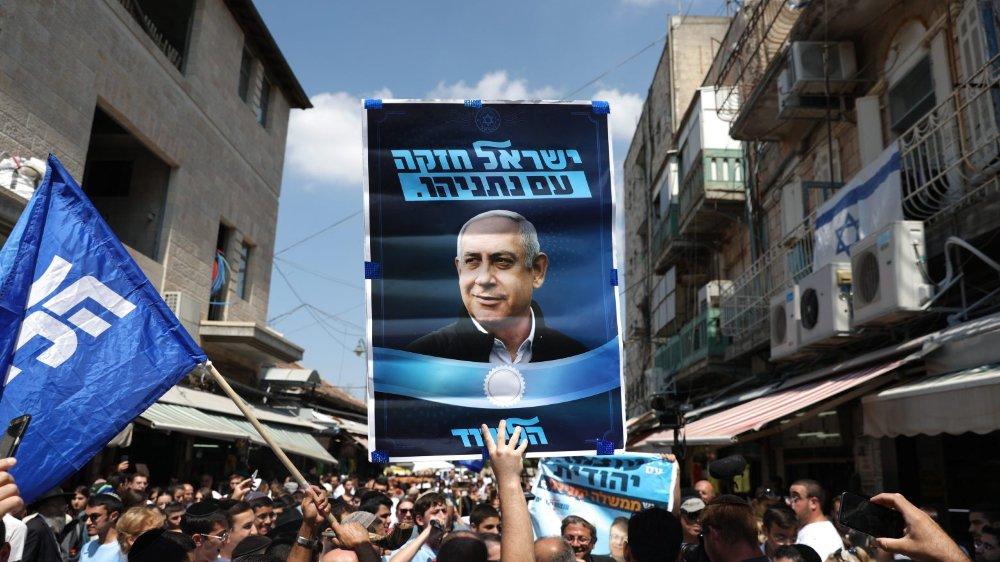 Des partisans du Likoud, le parti du premier ministre sortant Benyamin Netanyahou, au marché Mahane Yehuda à Jérusalem.