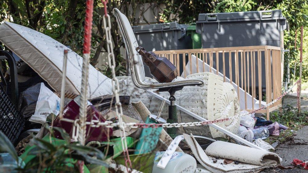 Depuis près d'un mois, des déchets s'accumulent le long du chemin de la Redoute à Nyon