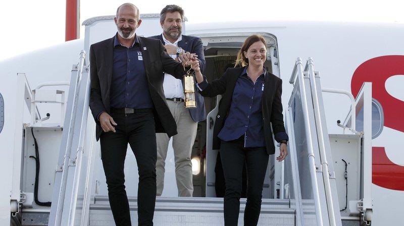 C'est à la présidente du comité d'organisation Virginie Faivre et à son directeur Ian Logan qu'est revenu l'honneur de franchir la porte de l'avion avec les lanternes de sécurité en main.