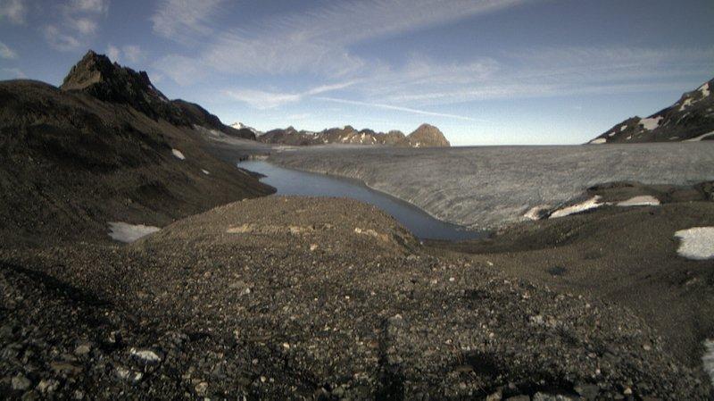 Le lac contient encore environ un demi-million de mètre cube d'eau, qui se déverse dans une nouvelle marmite glaciaire.