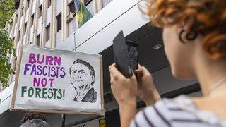 Feux en Amazonie: des manifestants protestent contre Jair Bolsonaro dans plusieurs villes suisses