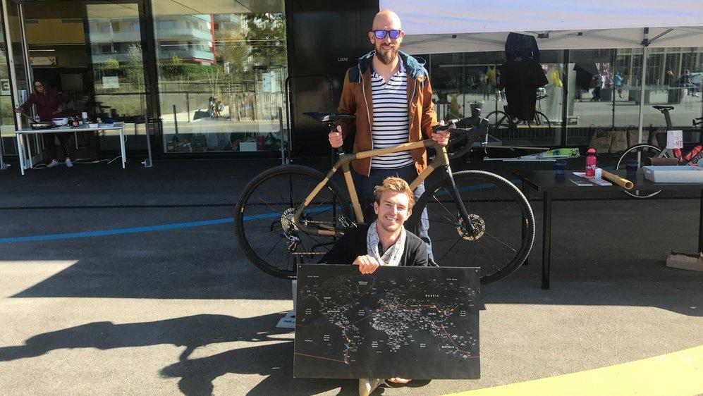 Guillaume et Stéphane (qui porte la carte), vont faire le tour du monde.