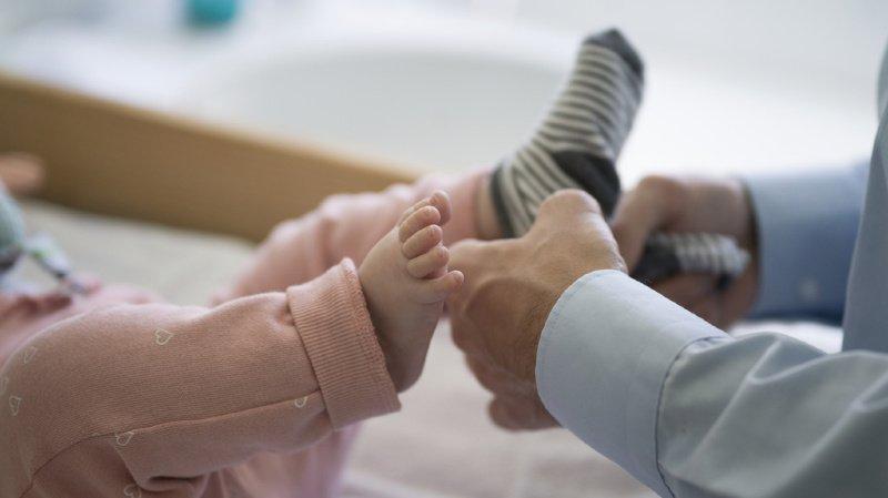 Congé paternité: la population veut 4 semaines, le Parlement seulement 2