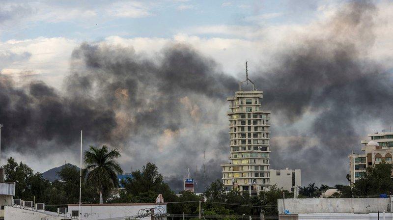 Plusieurs explosions de véhicules ont eu lieu, créant ainsi une épaisse fumée.