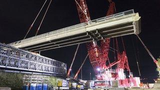 Bursins: le nouveau pont a été posé sur l'A1 grâce à une grue géante