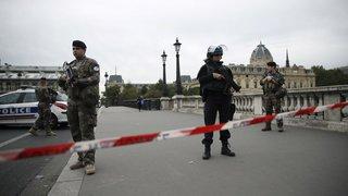 Quatre policiers tués dans une attaque au couteau à Paris