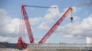 La plus grosse grue de Suisse s'apprête à soulever un pont à Bursins