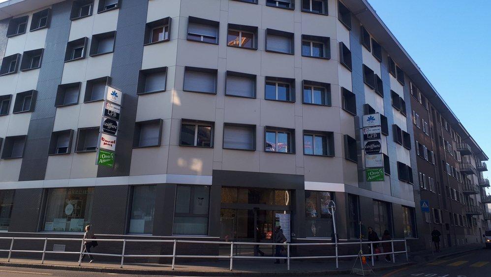 Le drame s'est produit dans cet immeuble situé en face du centre commercial du Pont Neuf, lundi vers 16h30.