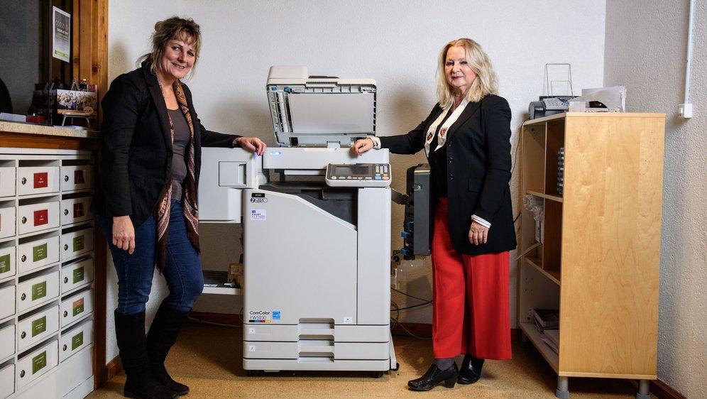 Jennifer Duperret (à g.) et Susanne Sinclair devant une photocopieuse peu gourmande en énergie.