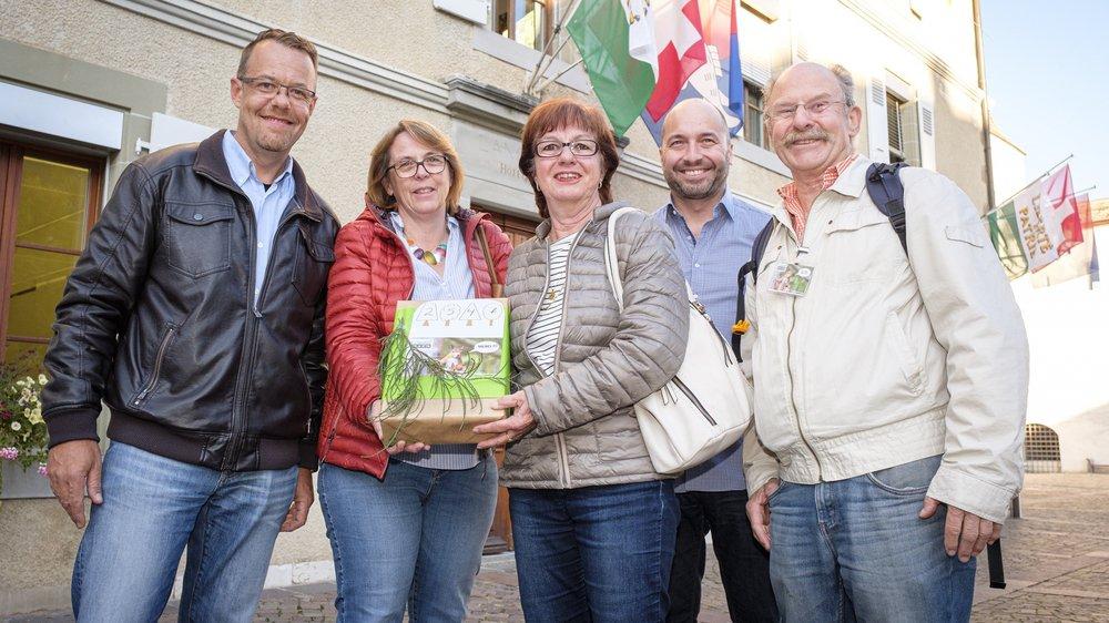 """Le comité référendaire """"Nyon Demain"""" lors du dépôt des signatures le 11 octobre. De gauche à droite: Sacha Soldini, Doris Uldry, Béatrice Enggiste, Niall Macpherson et Jacky Colomb."""