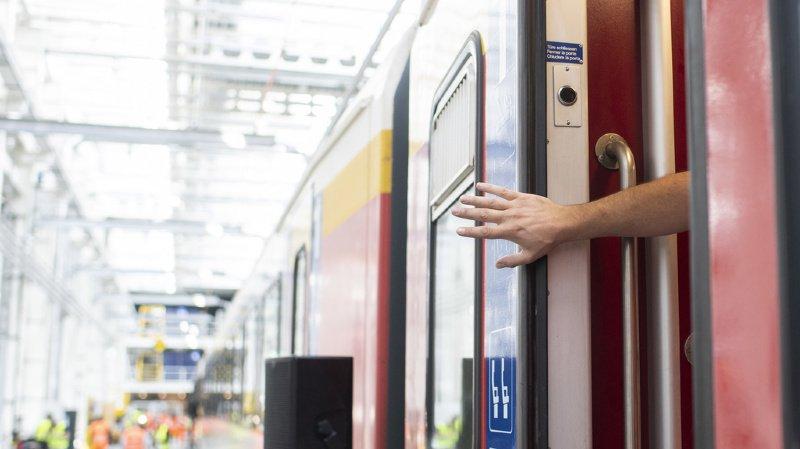 Argovie: un train CFF roule avec une porte ouverte entre Brugg et Baden