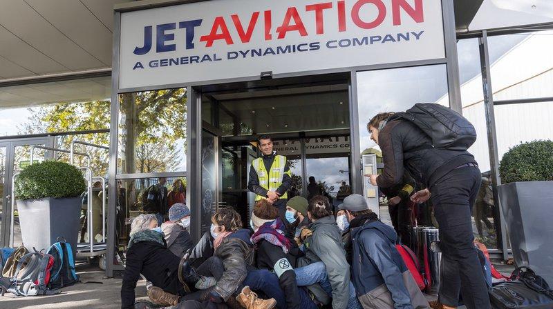 Les militants se sont assis devant l'entrée du terminal pour la bloquer.