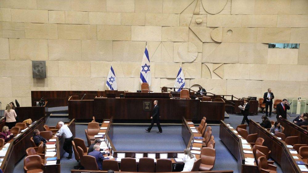 Les députés ont voté la dissolution du Parlement.