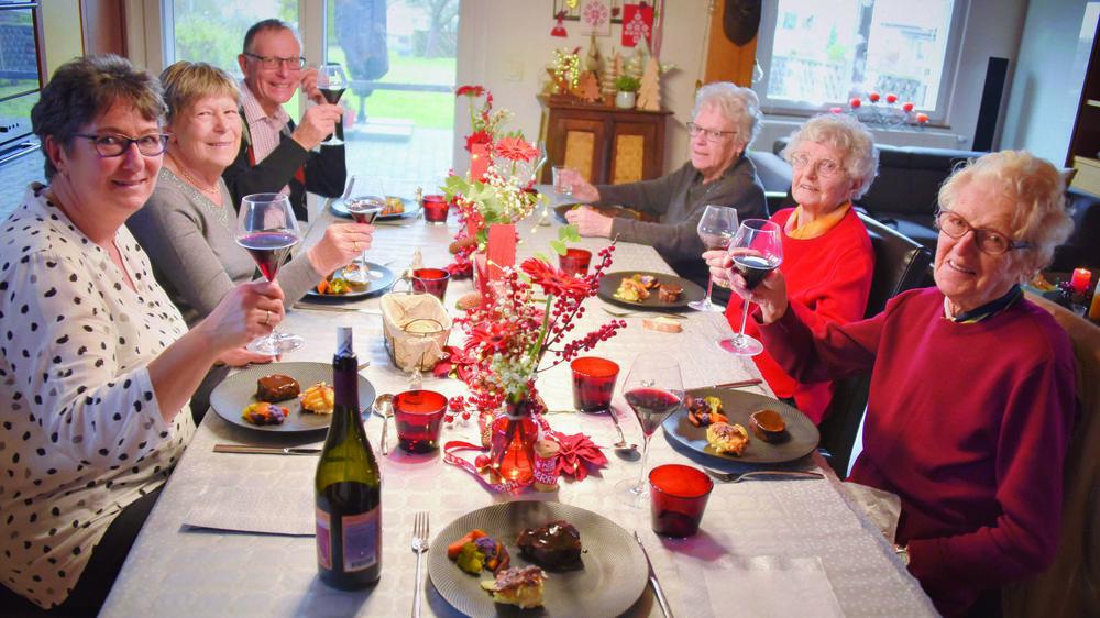 Les Tables de Noël de Pro Senectute permettent d'accueillir chez soi un ou plusieurs seniors esseulé(s) pour partager un repas de fête.